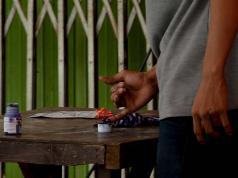Warga Kampung Akuarium yang tinggal di tenda-tenda darurat memiliki Formulir A5 dan KTP serta KK dapat memberikan hak suara pada Pemilihan Kepala Daerah (Pilkada) DKI Jakarta 2017. AKTUAL/Munzir