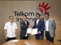 Direktur Enterprise & Business Service Telkom Dian Rachmawan (kedua dari kiri), President (ASEAN) Cisco Systems Naveen Menon (kedua dari kanan), Managing Director (ASEAN) Cisco Systems Dharmesh Malhotra (paling kanan) dan Vice President Enterprise Business Development Telkom Dudy Effendy (paling kiri) usai penandatanganan nota kesepahaman antara Telkom Indonesia dan Cisco International Limited di Jakarta (21/5).