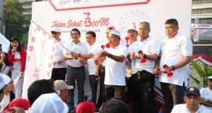 Deputi Bidang Restrukturisasi dan Pengembangan Usaha Kementerian BUMN yang sekaligus menjadi perwakilan Menteri BUMN Aloysius Kiik Ro (keempat dari kanan), Deputi Bidang Industri Agro dan Farmasi Wahyu Kuncoro (ketiga dari kiri) dan Direktur Utama Telkom Alex J. Sinaga (kedua dari kiri) saat membuka Jalan Sehat 7.300 m BUMN Hadir untuk negeri 2018 di Jakarta, Minggu (19/8).