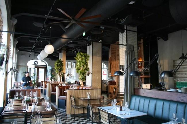 Sorte lydempende plater i taket på restaurant Amerigo