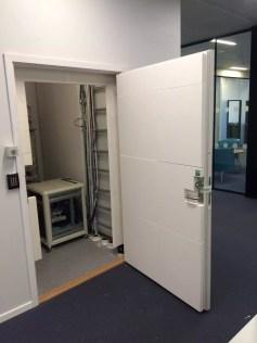 Dør inn til teknisk rom Oslo universitetssykehus