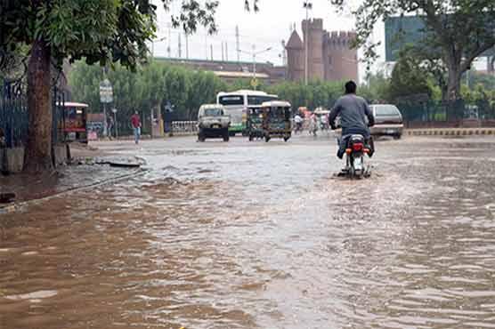 لاہور موسلادھار بارش سے نشیبی علاقے زیر آب آگئے
