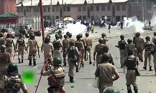 بدترین کرفیو کے باوجود جگہ جگہ احتجاج، بھارتی فوج کیساتھ جھڑپیں