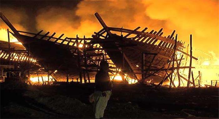 کراچی: فشری میں لانچوں میں آگ لگ گئی، کروڑوں کی زیر تعمیر لانچیں جل گئیں