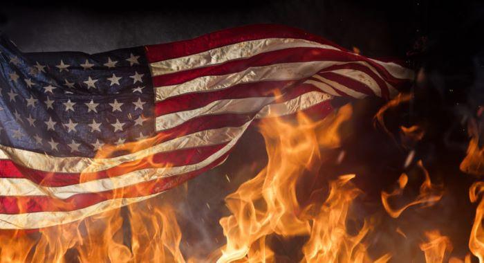مشتعل مظاہرین نے امریکی سفارت خانے پر دھاوا بول دیاامریکی پرچم نذرآتش