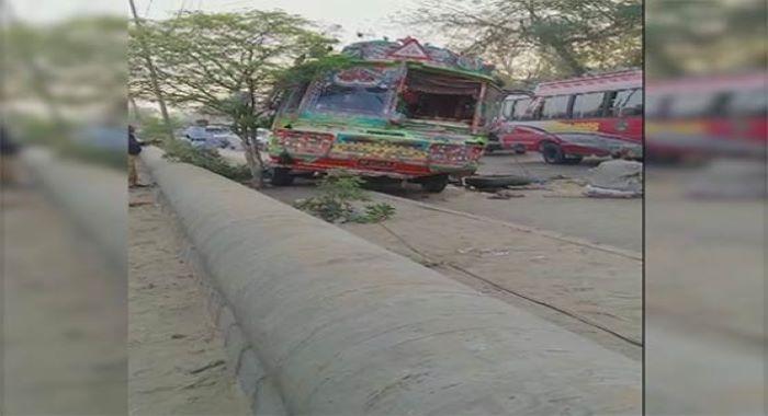 کراچی : مسافر بس شہریوں پر چڑھ دوڑی، 2 افراد جاں بحق، 8 سے زائد زخمی