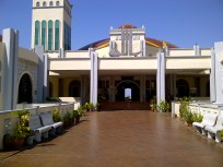 Main entrance to the mosque.