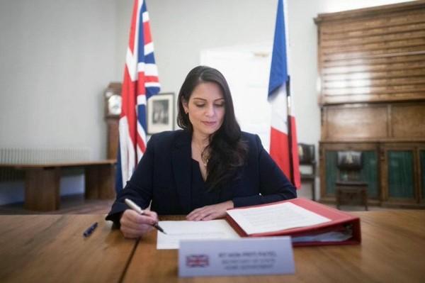 شهدت وزيرة الداخلية البريطانية بريتى باتيل توقيع اتفاقية يوم السبت لتعزيز وجود الشرطة فى القنانة الانجليزية مع نظيرها الفرنسي جيرالد دارمانين .