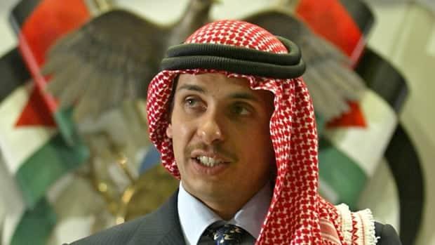 الأمير حمزة يقول إنه قيد الإقامة الجبرية وسط حملة أمنية