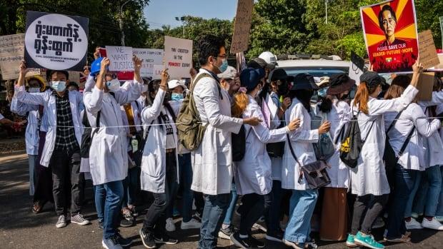 قال طبيب في ميانمار إنه وزملاؤه مستهدفون بالاعتقال