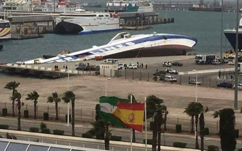 عواصف قوية تغرق باخرة وتقطع الربط بين المغرب وإسبانيا