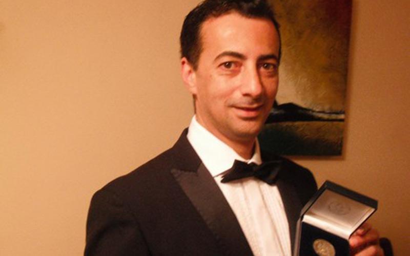 """""""بائع بيتزا """" يوشح بوسام ملكي بصفته طبيب بليفربول ومرشح لجائزة نوبل"""
