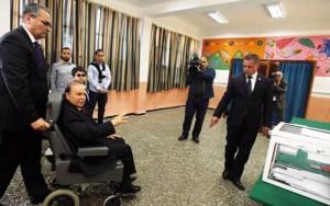 بوتفليقة يدلي بصوته في الإنتخابات البرلمانية على كرسيه المتحرك