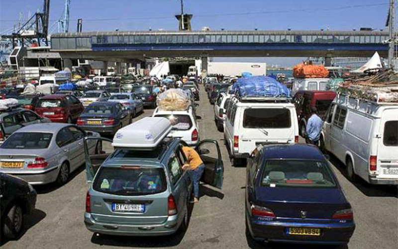 السلطات الإسبانية تمنع المئات من السيارات من دخول سبتة ومليلية وتصادر مواد غذائية مغربية بميناء الخزيرات