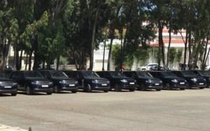 مئات السيارات الفخمة تنتظر الملك السعودي سلمان و مرافقيه