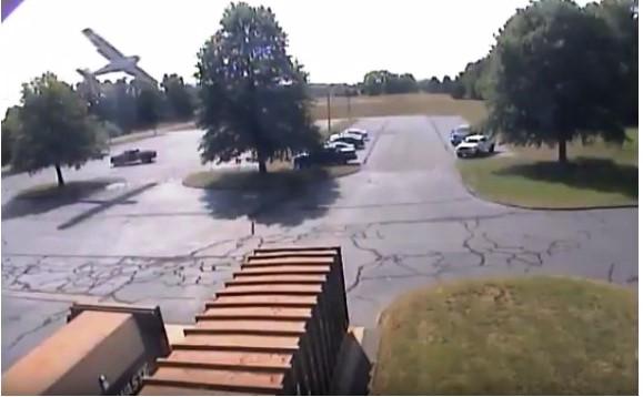 بالفيديو شجرة تسقط طائرة امريكية يقودها عجوز