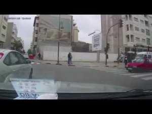 فيديو داير حالة.. شرطيتان توقفان سائق سيارة بدعوى عدم احترام علامة قف والأخير وتق العملية
