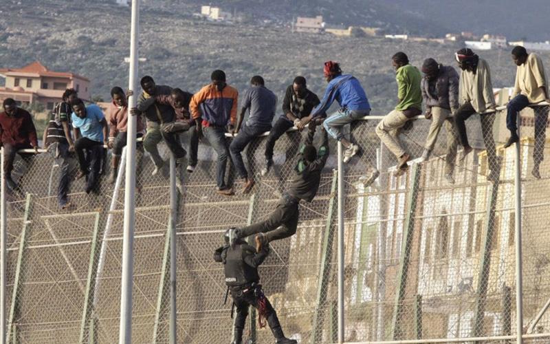 أكثر من 230 مهاجراً من جنوب الصحراء اقتحموا سياج مليلية المحتلة