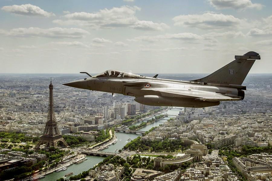 دوي انفجار كبير في باريس وضواحيها.. وترجيح اختراق طائرة مقاتلة للأجواء