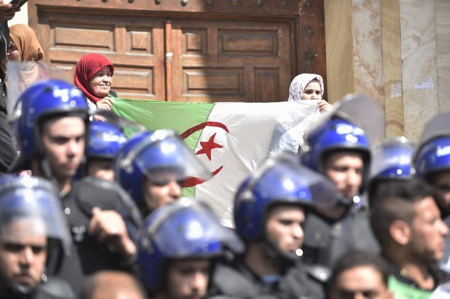 الجزائر. آلاف الطلبة يستهدفونمبنى البرلمان.. ويرفضون رموز نظام بوتفليقة