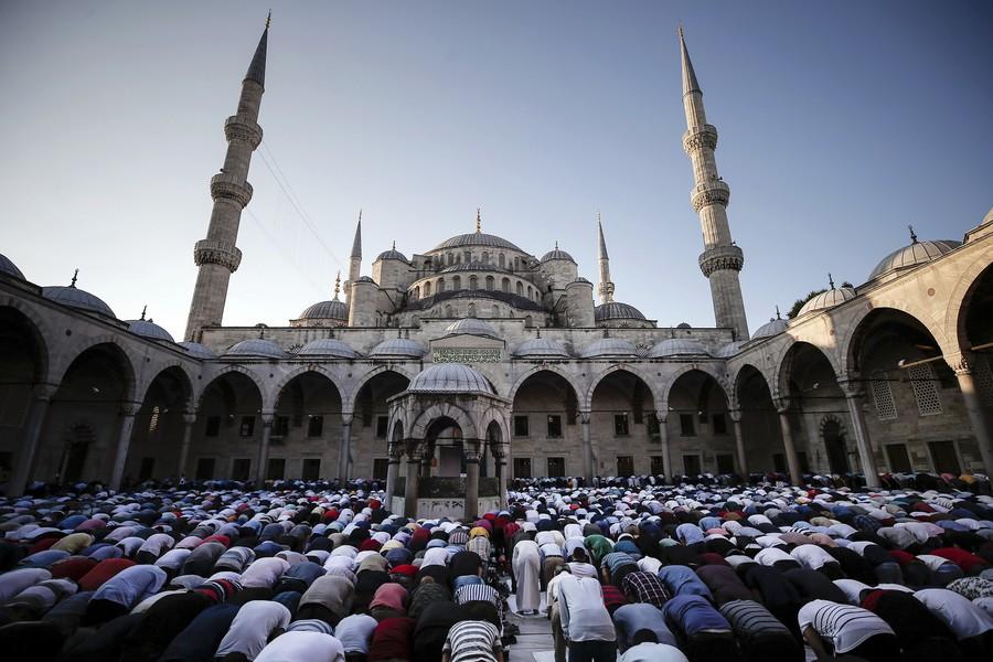 أجواء رمضان بـ'السلطان أحمد'.. مدفع وإفطار وذكر في حضرة التاريخ