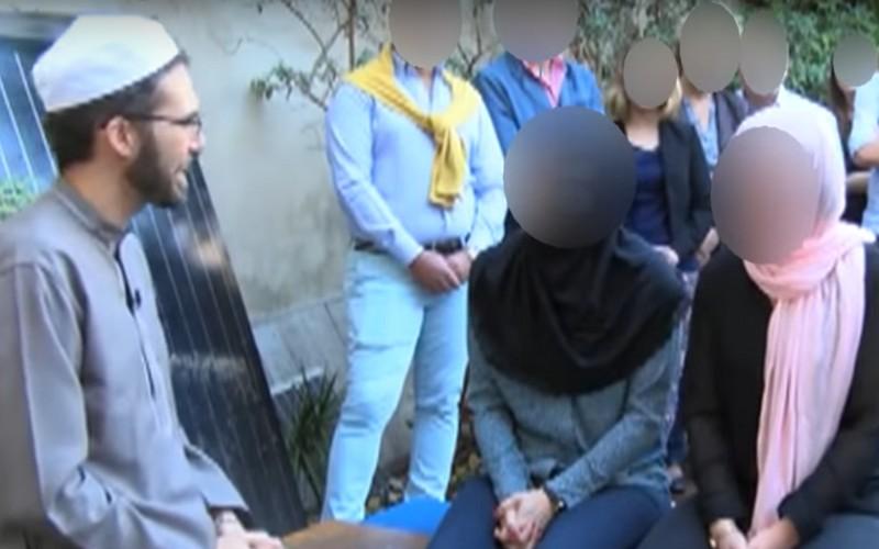 غير مسبوق. إمام مسجد يُزوّج مثليتين مُحجّبتَين على سنة الله ورسوله (فيديو)