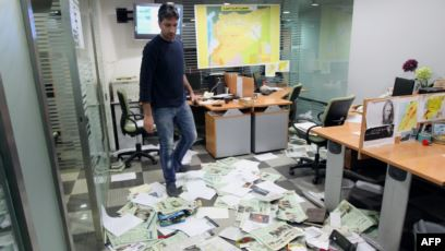الأمن يقتحم مقر صحيفة الكترونية ويعتقل صحافييها لنشرها خبر عن السيسي