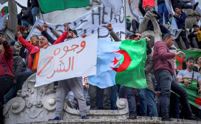 """مئات الطلبة يتظاهرون بشوارع الجزائر العاصمة للمطالبة برحيل نظام """"تبون"""""""