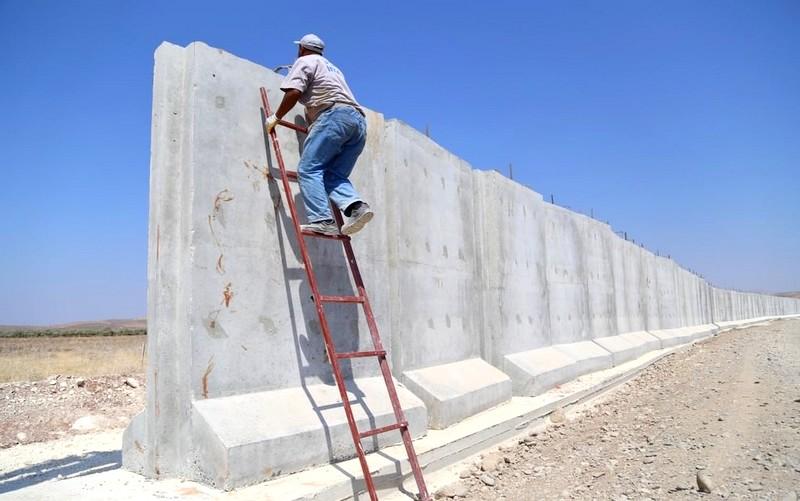 جدار فاصل بين المغرب والجزائر يثير الجدل.. وهذه حقيقة الصورة المنتشرة
