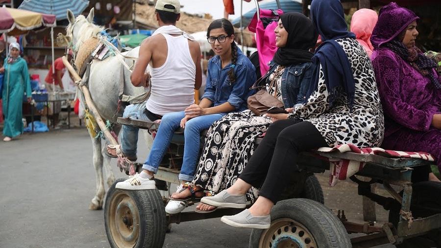 """بعيداً عن """"الترامواي"""" والحافلات.. """"الكرويلة"""" وسيلة النقل الأكثر شعبية بهوامش الدار البيضاء"""