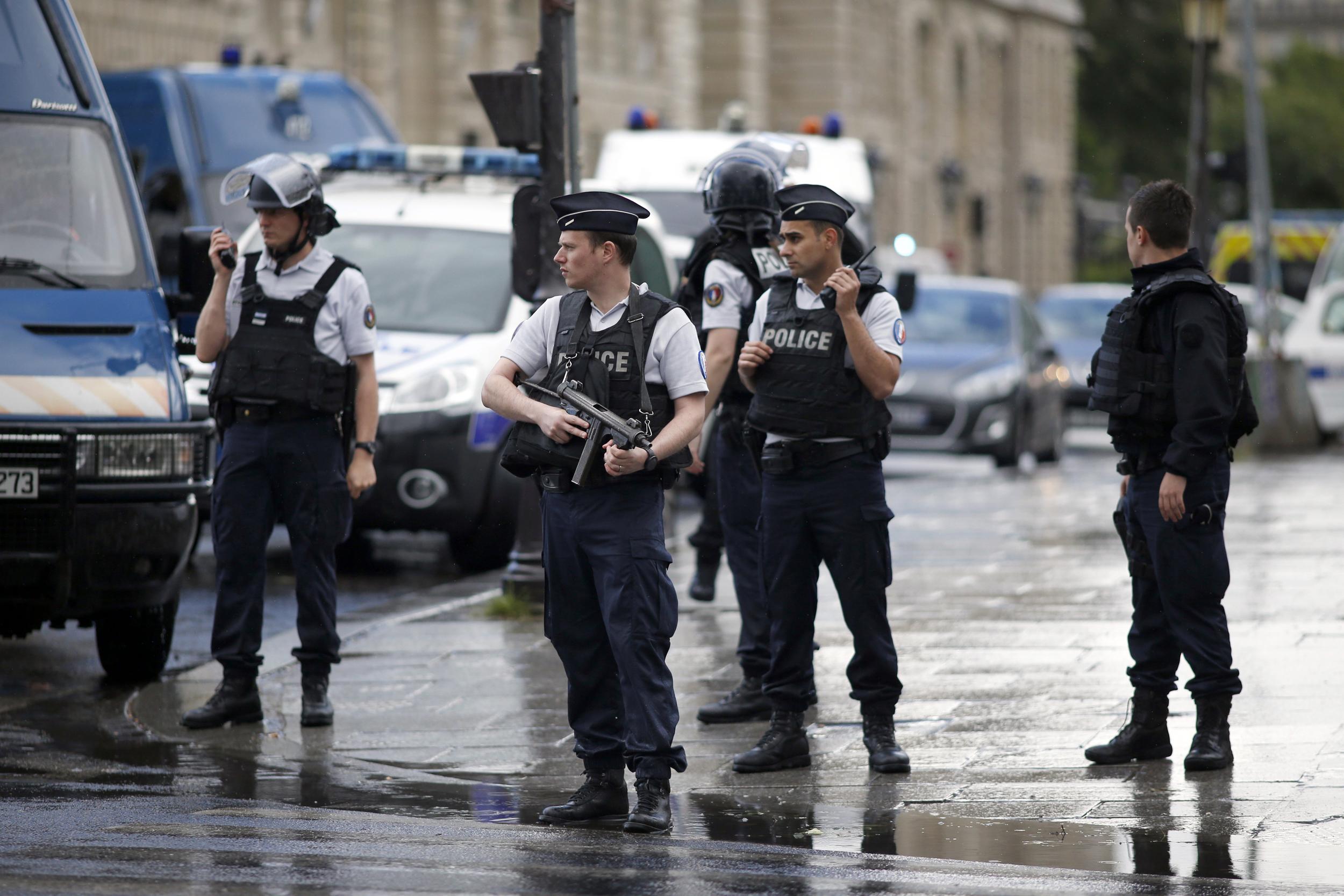 """الشرطة الفرنسية تفتش منازل مسؤولين كبار. والسبب: التحقيق في التعامل مع """"كورونا"""""""