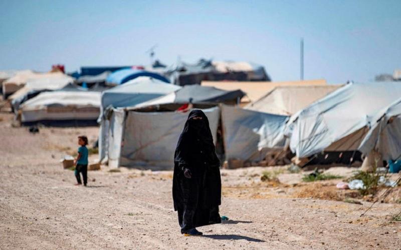 """مرصد حقوقي: مئات النساء والأطفال المغاربة محتجزين في مخيمات """"داعش"""" بسوريا"""