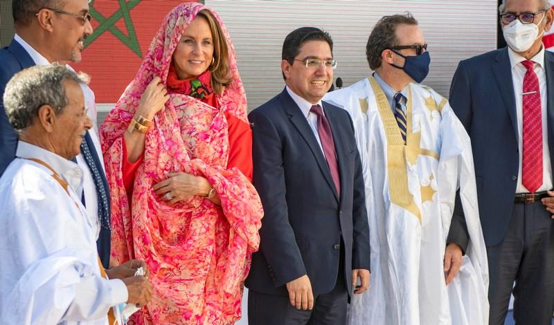 بالصور. لحظات تاريخية.. شينكر والسفير فيشر وزوجته يرتدون 'الدراعة' و'الملحفة' الصحراوية بالداخلة