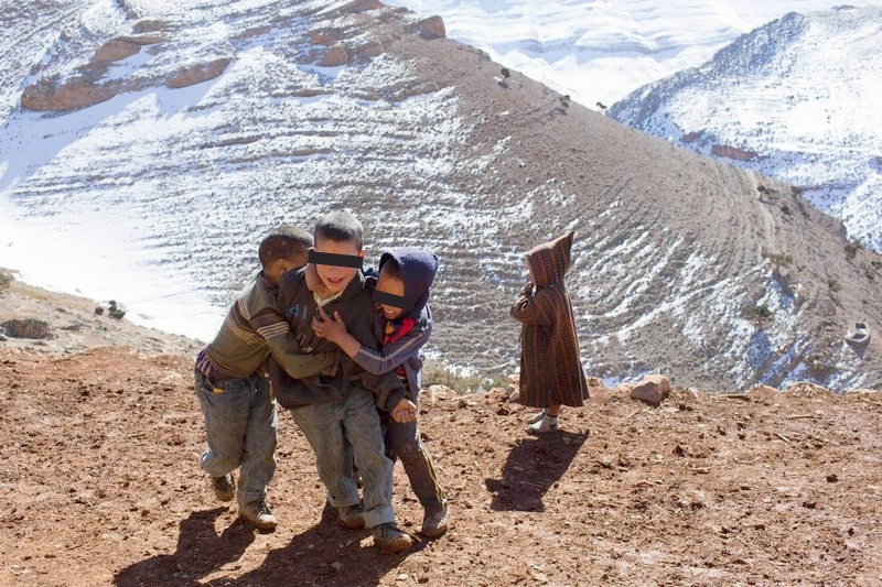 انتقادات واسعة تطال 'مشاهير' مغاربة لاستغلالهم بالصور معاناة أطفال الجبال