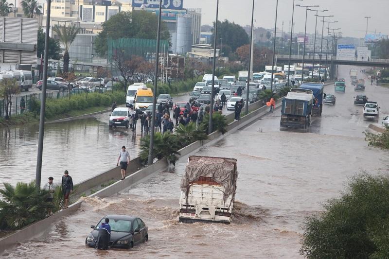 الأرصاد الجوية تحذر المغاربة.. رياح قوية وأمطار رعدية تصل إلى 70 ملم بهذه المدن