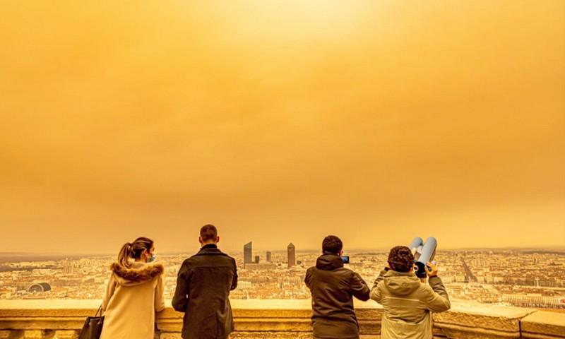 بسبب منخفض مغربي.. أمطار من الرمال الإفريقية تلون سماء فرنسا بالبرتقالي