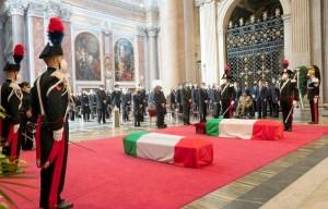 بحضور أرملته المغربية وسفير الرباط.. إيطاليا تودع سفيرها المقتول بجنازة عسكرية