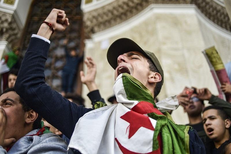 """الذكرى الثانية للحراك.. نظام """"تبون"""" يغلق عاصمة الجزائر ويأمر القوات بمنع الاحتجاجات"""