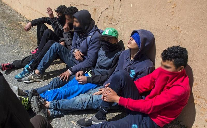 عددهم 20 ألف.. هكذا تحول القاصرون المغاربة لمعضلة في علاقات الرباط مع باريس ومدريد