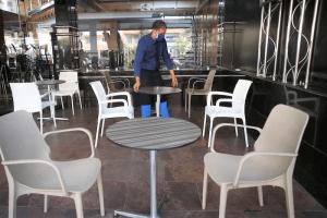 """مسؤولو """"وزارة العلمي"""" يقنعون أرباب المقاهي والمطاعم بتعليق الإضراب الوطني"""