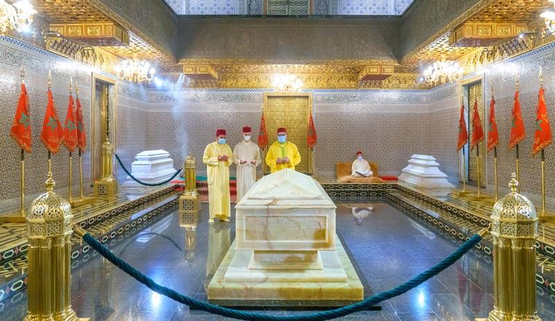 الملك وولي العهد والأمير رشيد في زيارة ترحم على الملك الراحل محمد الخامس
