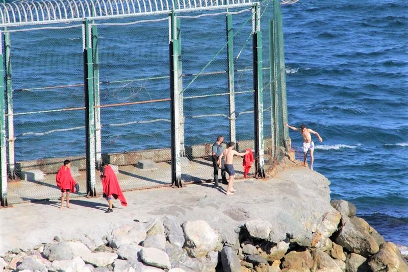 بينهم عائلات وقاصرون.. عشرات المغاربة يعبرون إلى سبتة المحتلة سباحة