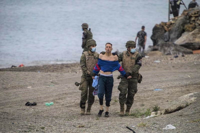 حصيلة المغاربة 'الحاركين'لسبتة المحتلة تبلغ 6 آلاف.. وإسبانيا تنشر قوات الجيش