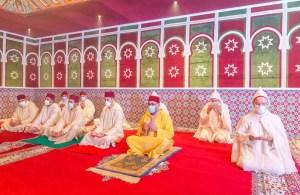 الملك يقيم صلاة العيد تماشيًّا مع قرار حظر المصليات والمساجد