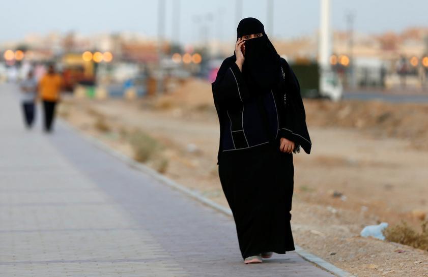 """سيدة سعودية تسجن لـ3 أيام والسبب: شتم طليقها عبر """"واتساب"""""""