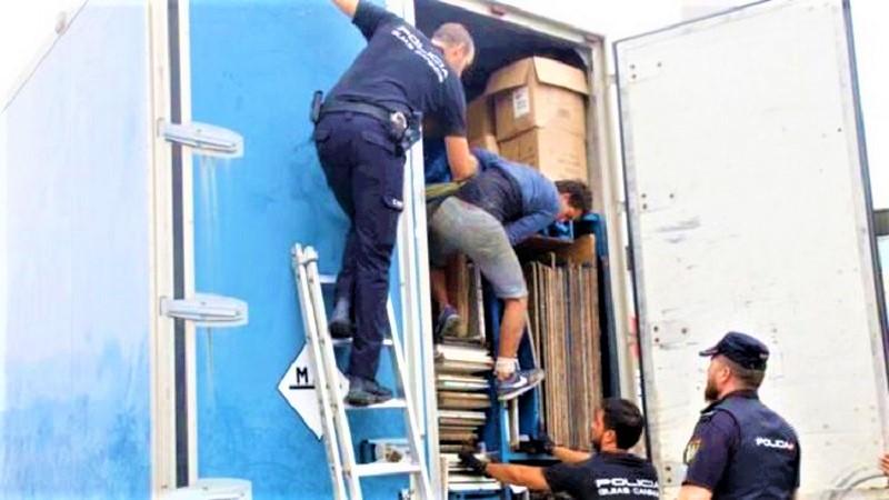 الشرطة الاسبانية توقف 8 مغاربة كانوا مختبئين في شاحنات متوجهة إلى الجزيرة الخضراء