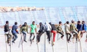 هجوم 'حراكة أفارقة' يصيب الشرطة الإسبانية بمليلية المحتلة.. والأمن المغربي يتدخل