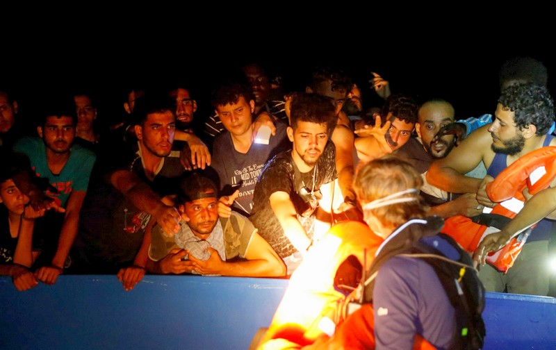 بينهم مغاربة.. انتشال مئات 'الحراكة' من قارب خشبي مكتظ في المياه التونسية