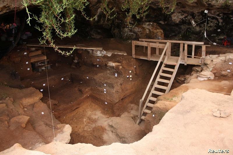 علماء يعثرون على أحد أقدم المجوهرات في تاريخ البشرية داخل كهف بالمغرب