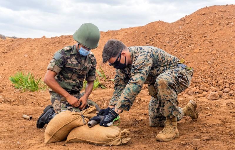 (صور) قوات الجيش المغربي تنهي تدريباً متقدمًا مع الحرس الأمريكي في إزالة الألغام